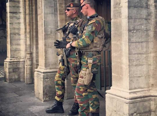 Soldaten patrouilleren in centrum van de stad Brussel